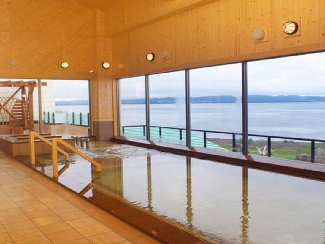 【2F北欧風大浴場】雄大なサロマの風景や夕陽が一望いただけます。