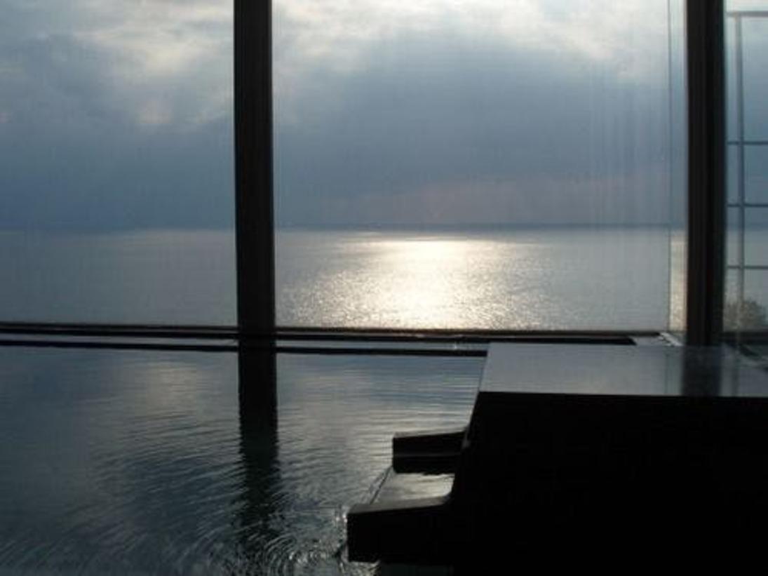 夕暮れ時の美しい海を眺めながらの温泉は気持ち良いものです。