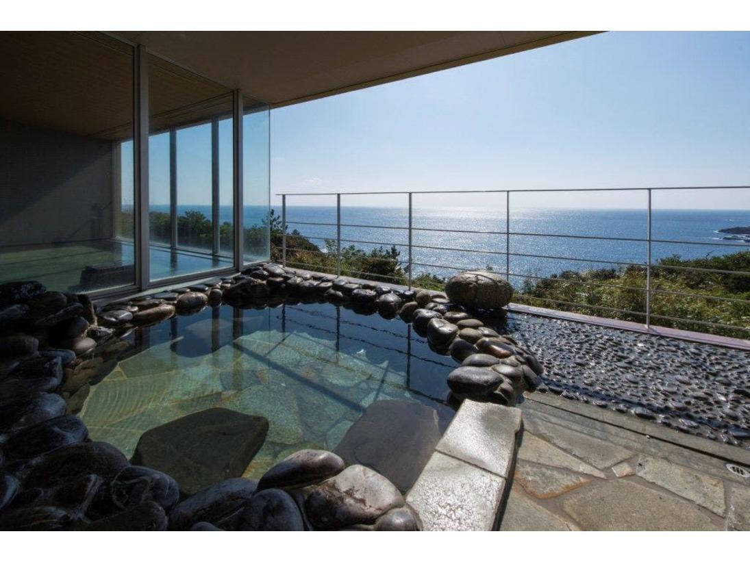 屋久島の空・海を感じる露天風呂です。トロトロ質感の屋久島温泉をゆっくりお楽しみ下さい。