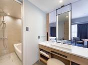 洗面台周りはパテーションで開放的な仕様。