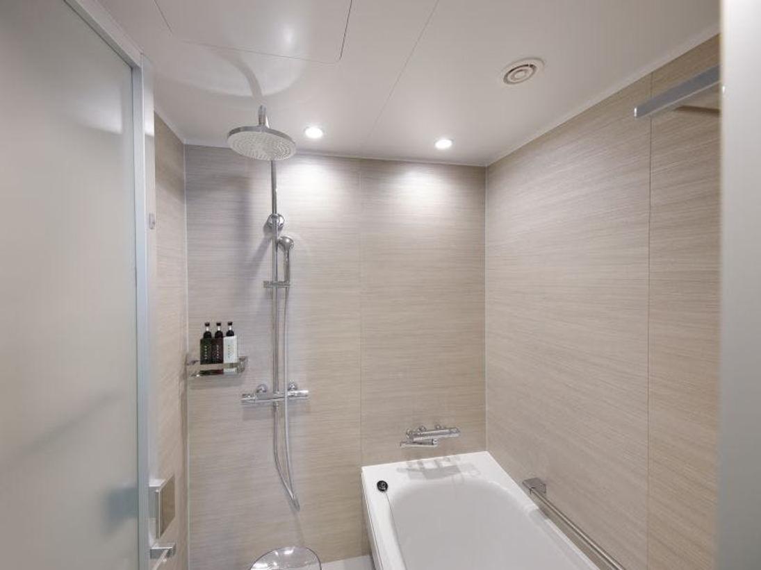 リニューアルスーペリアツイン【32平米】バスルーム。人気のレインシャワー設置タイプです。