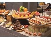 ブッフェのスイーツはホテルパティシエによる季節の味覚が並びます。