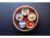 """""""はなをりスタイル""""のブッフェの始まりは自分仕立ての八寸から。美しい小鉢を選んで竹籠にお取りください。"""