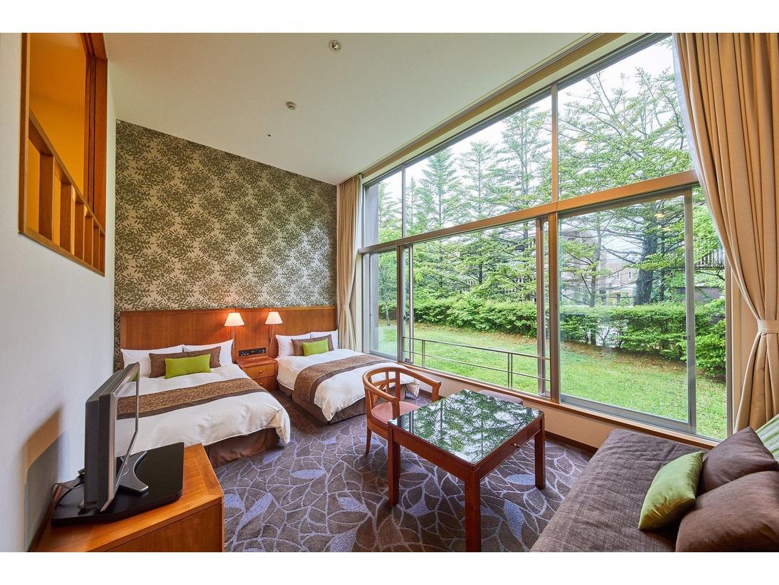 高い天井と大きなガラス張りの窓でとても開放感のあるお部屋。上段は6畳の和室、階段を降りるとリビングスペースとベットが2つございます。※和室でお休みの際はお布団敷きはセルフサービスとなります。