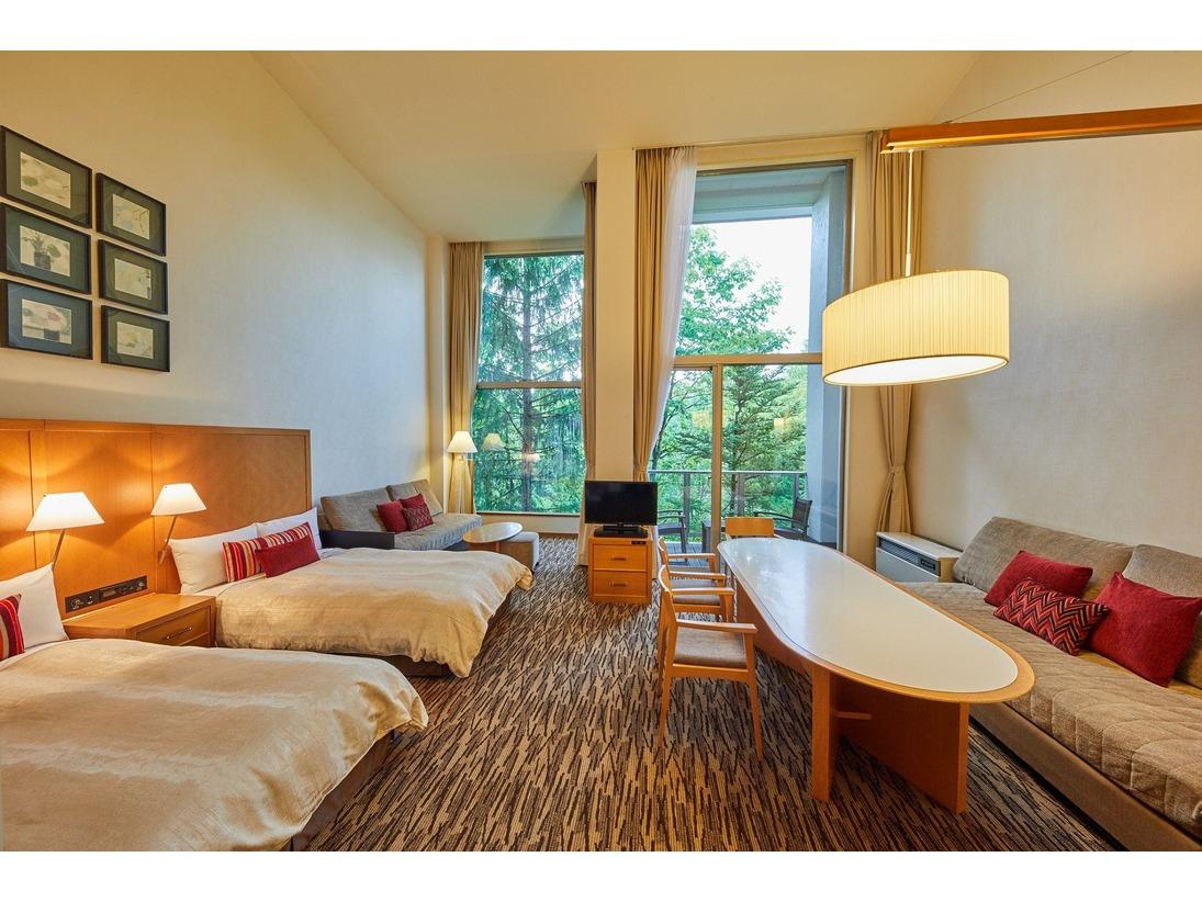 開放的な窓と高い天井が、別荘の様な感覚にさせてくれる2階建てのお部屋です。(別棟)