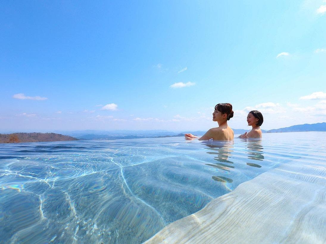 標高1000mの展望露天風呂から見渡す、四季折々の山々の表情を楽しめます。