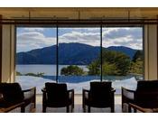 ロビーからも目の前に広がる芦ノ湖をお楽しみいただけます。