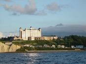 日本海を一望できる高台に建つホテル。