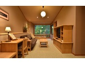 阿寒川(ペツ:川)に面し、シングルベッド2台、リビングルームにはソファーも配置、窓辺にはリバービューシートも兼ね備えたスタンダードタイプのツインルームとなります。