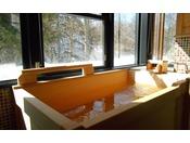 リビングルームと二つのベッドルームを備えた当館で最上級のスイートタイプ