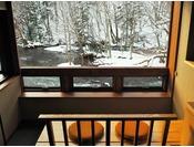 雪景色を俯瞰できる川側客室のリバービューシート