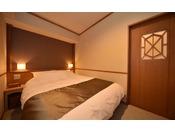 シングル和ベッド2台とダブルベッド1台の2つのベットルーム、当館唯一の和室リビングを備えた和洋スイートタイプのお部屋。和室リビングにお布団をお敷きいただくと最大6名様までご宿泊頂けます。