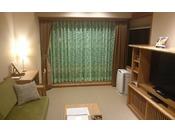 シングルベッド2台、リビングルームにはソファーも配置したツインのお部屋。