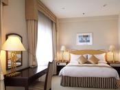 ジュニアスイートルーム(リバービュー)36平米・ベッド幅160cm×1台窓が3つあり、明るく差し込む光と信濃川の眺望が美しいジュニアスイートルームです。