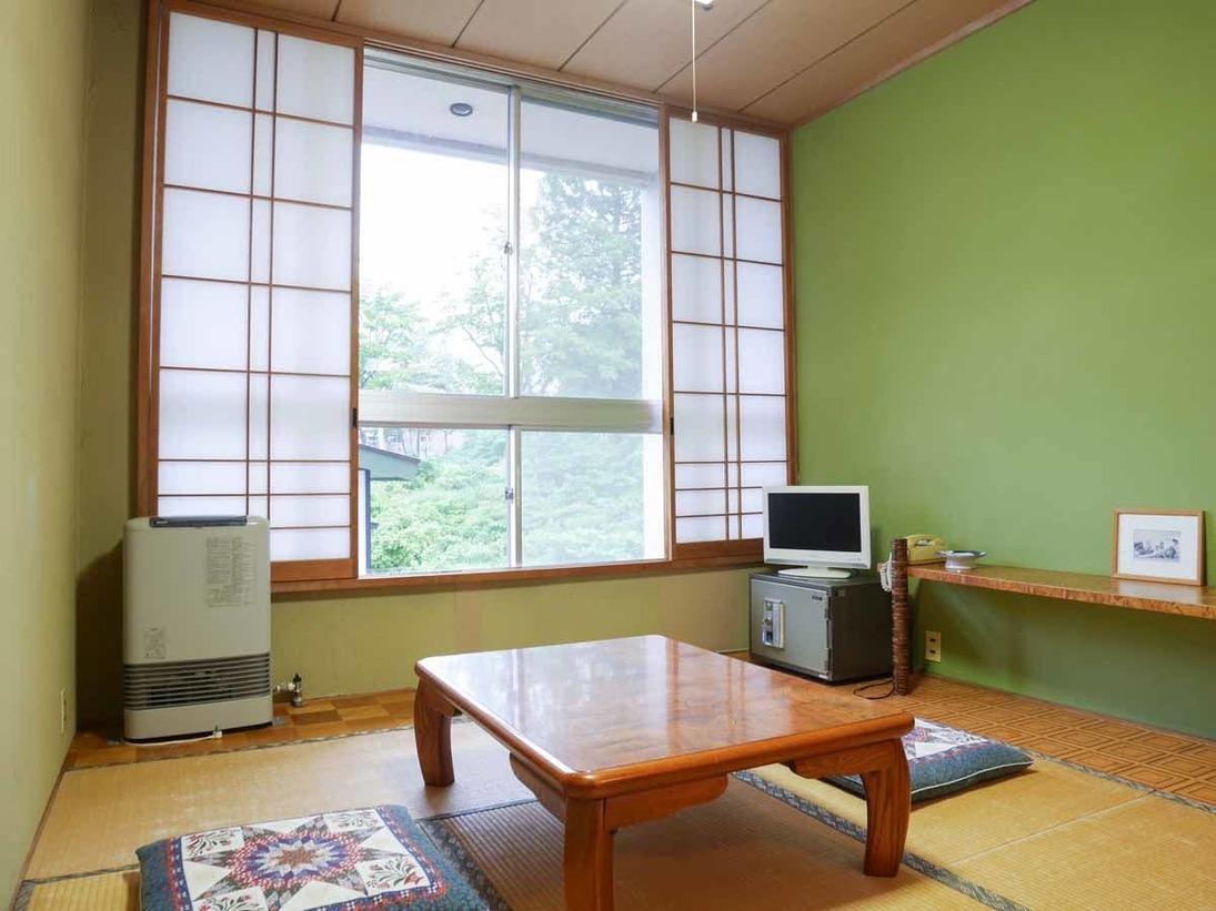 *【和室6畳一例】窓からは緑がたくさんの自然をご覧いただくことのできる落ち着いた雰囲気のお部屋です。