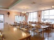*【食堂】心地よい日差しがいっぱいの開放感ある食堂でお食事をお楽しみ下さい。