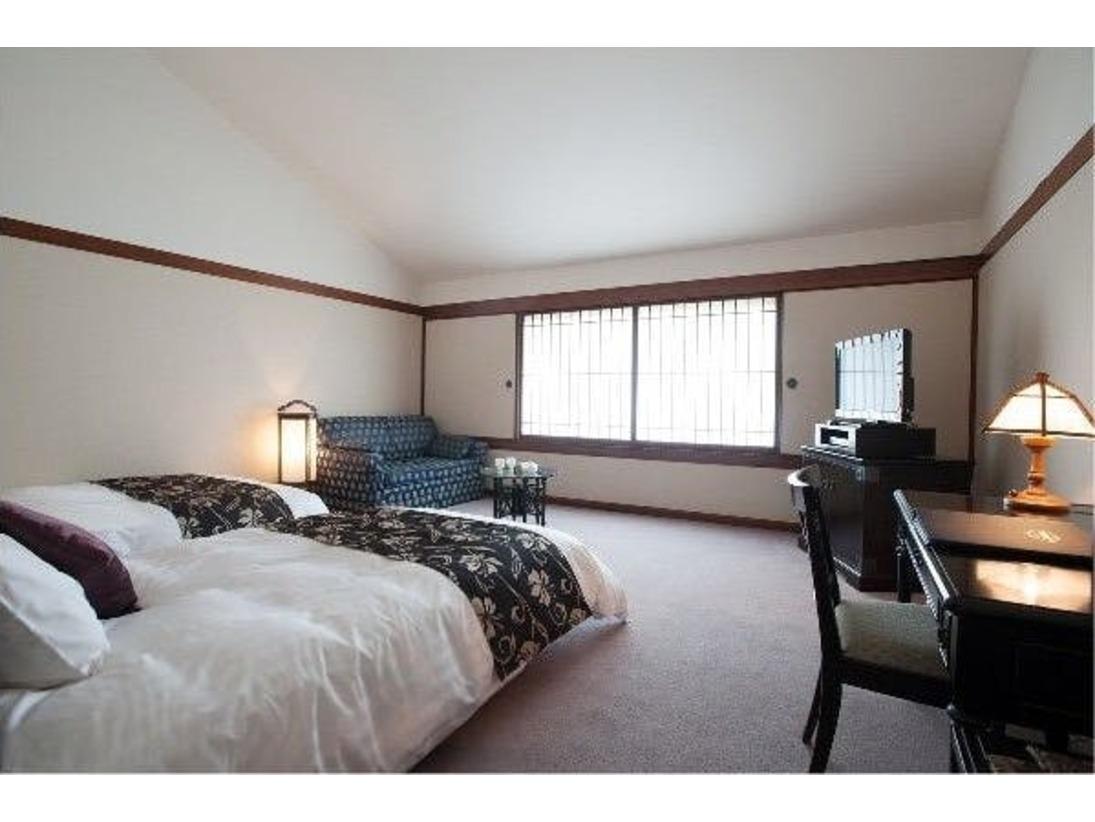 スタンダードツイン36平米のゆったりとした客室。ベッドはシモンズ社製のセミダブルを設置。