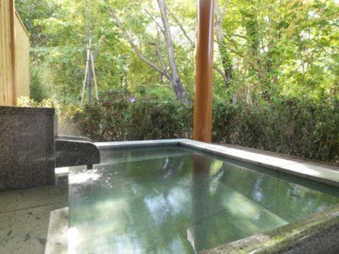 ◆露天風呂付きコテージ/テラスにある露天風呂。目の前は森になっており、開放感があります(客室一例)