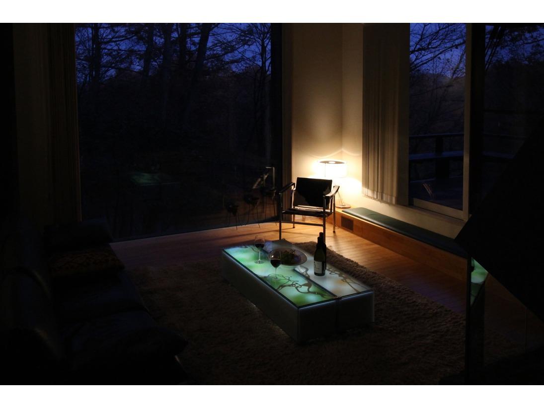夜は庭のスポットライトとテーブルのライトを点けると雰囲気はがらりと大人のムードに。