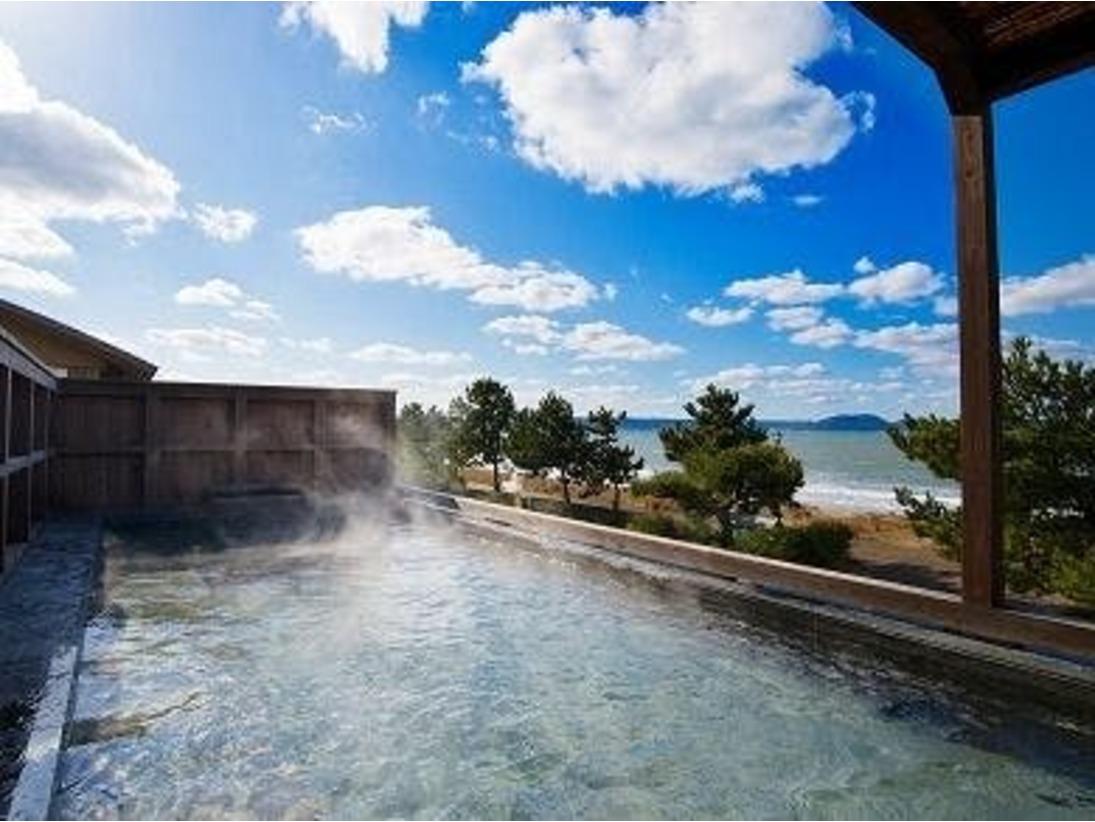 【海を望む露天風呂】静かな波音をBGMに、青い海と青い空を眺めながらごゆっくりお寛ぎください。