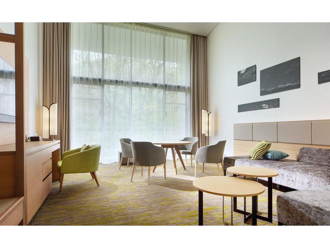 メゾネットタイプのデュプレックス。1階のリビングスペースからマウンテンビューを楽しめます。ご家族やグループなど多様な滞在スタイルにも最適な客室タイプ。