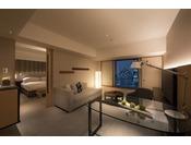長期滞在やお二人で過ごすのに丁度いい50平方メートル以上のスイートルーム。ベッドルームと居心地のよいリビングルームはスライディングドアで仕切る事ができ、客室内には大型のブルーレイTV2台とDVDを完備。
