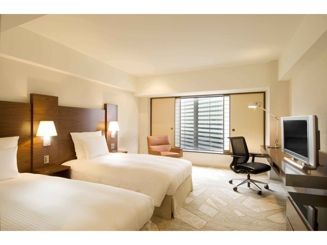 柔らかなオフホワイトと暖かい木のぬくもりを基調とした客室には障子と襖が配され、明るく居心地のよい空間となっております。