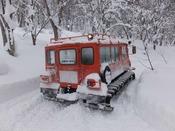 白銀の世界を進む雪上車