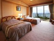 汐見亭特別室の洋室はゆったりツイン。もちろん海の景色も楽しめます!