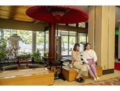 1階ロビー。大きな和傘が旅館の風情を感じさせてくれます♪外には海が♪