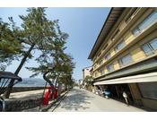 フェリー乗り場と厳島神社を結ぶ参道に面してホテルはあります♪