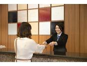 フロント。笑顔で宮島にお越し下さるすべてのお客様をお迎えいたします!
