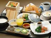 ご到着後に和洋からお選び頂ける朝食。こちらは焼きたてのパンが嬉しい洋食。