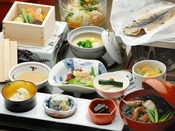 ご到着後に和洋からお選び頂ける朝食。こちらは焼いた干物の香りがたまらない和食。
