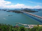 【当ホテルからのアクセス】お車で約1時間瀬戸大橋は岡山県と香川県を直結する本州四国連絡橋のひとつで、鉄道道路併用橋としては世界最長として、2015年ギネスにも認定されています。毎土曜や特定日の日没にはライトアップされ、ロマンチックな雰囲気が味わえます。