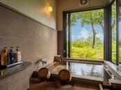 お部屋の半露天風呂からは絶景の湯布院・そして由布岳が一望