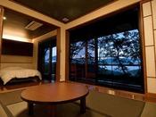 落ち着いた和洋室の部屋。