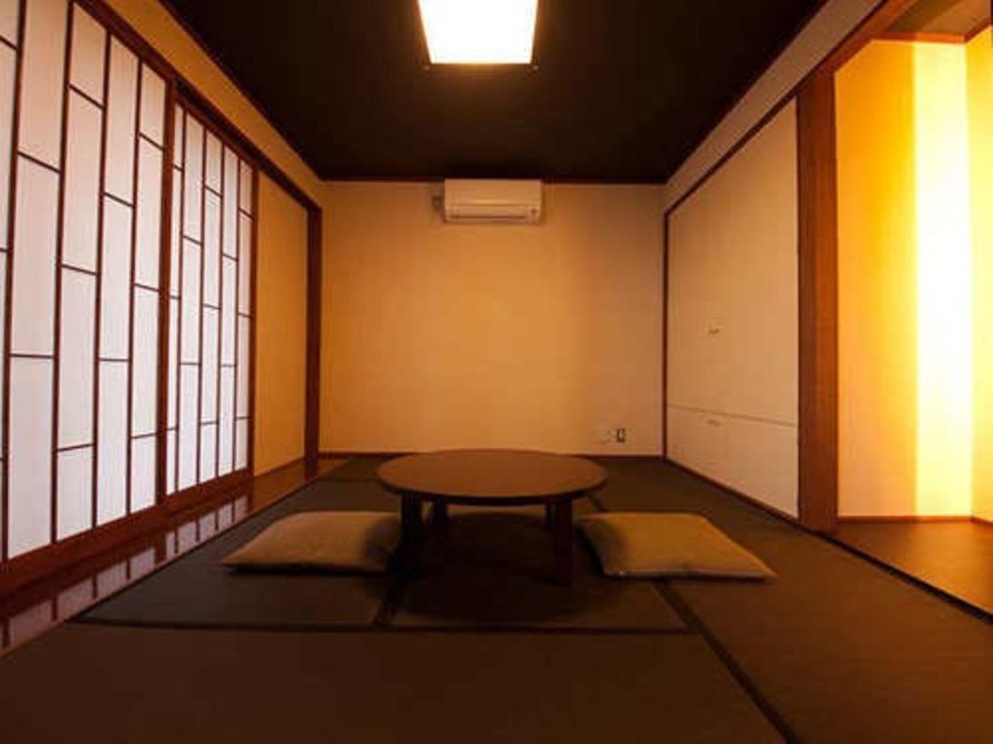 【かえでの部屋】落ち着いた和洋室の部屋。