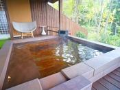 「くぬぎ」の露天風呂。源泉かけ流しの温泉です。寒い日は半露天風呂もあり、コチラで安心してご入浴頂けます。