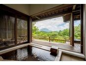 【こごみ】温泉は露天風呂と内湯2ヶ所あり、由布岳を見ながら贅沢に入れます。