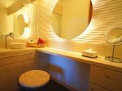 【こごみ】寝室隣のパウダールームは鏡や蛇口もあり、女性に大変人気です。