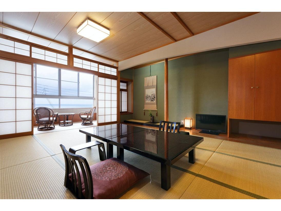 ゆったりとした間取りで寛げる内風呂付きの客室。 広縁の椅子に座り、目の前に広がる瀬戸内海の波の音に耳を傾ける特別な時間をお楽しみください。