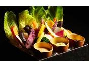 軽めのスナックとして、様々なドリンクに最適な季節の野菜盛り合わせ。