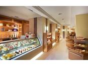 ザ・ペニンシュラ ブティック&カフェでは、スイーツや人気のペニンシュラチョコレートをはじめ、オリジナルティー、ザ・ペニンシュラ東京オリジナルのアイテムなどご自宅にお持ち帰りいただける様々な商品をご用意しております。