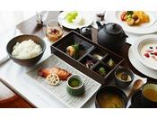 ミシュラン2つ星シェフ高木一雄氏監修の和朝食は、ザ・ロビーまたはルームサービスでお楽しみいただけます。