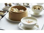 中華粥と点心の朝食では、イプ点心師特製の点心、海老蒸し餃子とチャーシュー入り饅頭 海鮮中華粥、プーアール茶で煮込んだ卵、鶏肉ともやし入り醤油焼きそば、ジュース、コーヒー または 紅茶をお楽しみいただけます。