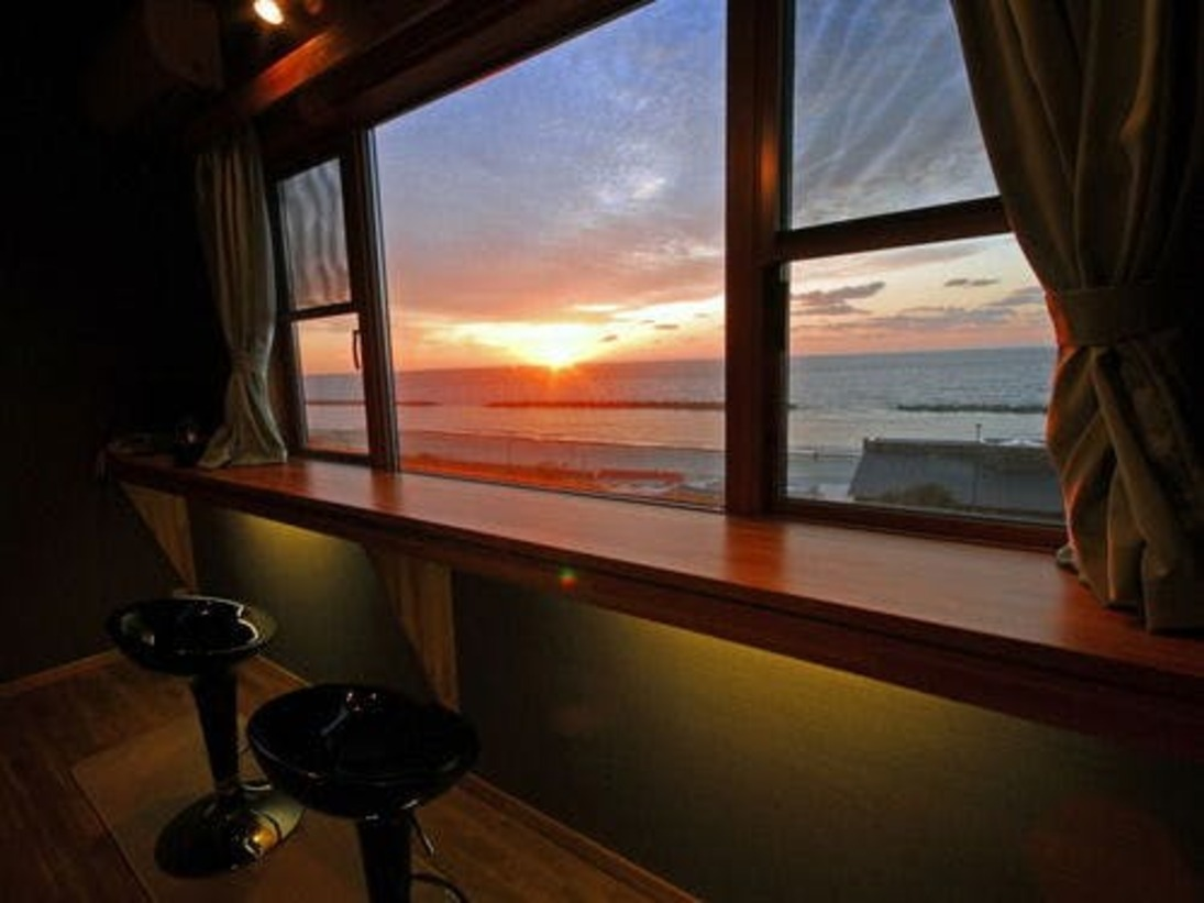 華海廊 メゾネットベッドルームには 二人っきりで楽しめるバーカウンターを設置。日本海に沈む夕日を見ながら乾杯!