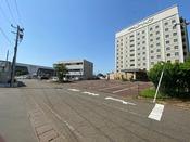 上越新幹線・JR弥彦線 燕三条駅三条口を出ると、目の前にホテルが見えてきます。