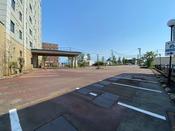 敷地内駐車場は54台。もちろん無料です。※ご注意※ホテルルートインでは限られた駐車スペースの範囲において、お客様に公平に駐車場をご利用頂く為に、複数台の区画を利用される車輌の駐車はご遠慮頂いておりますのでご了承ください。