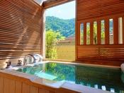 <露天風呂付き客室・湯庵> 石の湯舟です。 和洋室タイプは陶器又は石のお風呂いずれかとなります。石風呂も、一部側面をヒノキで覆ったタイプがございます。 ※湯舟のタイプはおまかせとなります